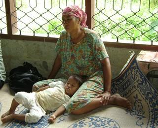 Keluarga Iqbal penderita gizi buruk yang masih menangisi kepergian anaknya (5)