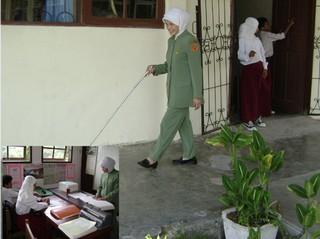 PERJUANGAN-Salmita, seorang guru tuna netra baru saja selesai mengajar di ruang kelasnya. Insert-Proses belajar mengajar yang dilakoninya(2)